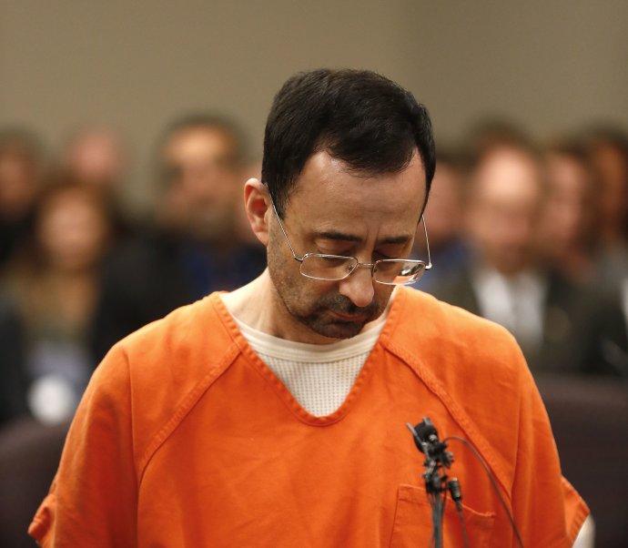 Člověka, který zneužívá děti, si dokážeme představit jako rozcuchaného úchyla ve zmačkaném plášti, který je láká do křoví na bonbon. Ne jako renomovaného lékaře. Foto: ČTK