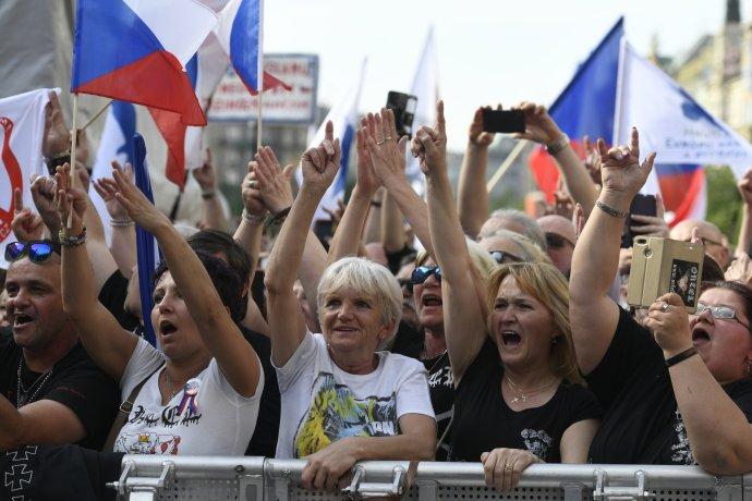Většina lidí věří, že EU diktuje Česku. Protestovali proti tomu i na Václavském náměstí. Foto: ČTK