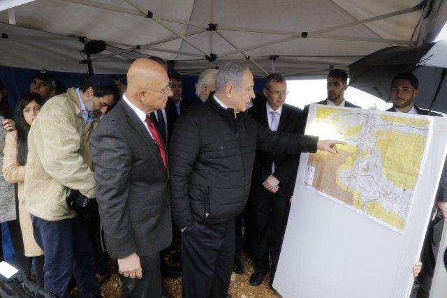 Benjamin Netanjahu si vúnoru prohlížel mapu židovského osídlení na Západním břehu Jordánu. Poté, co se mu napotřetí podařilo sestavit vládu azískat pro ni podporu parlamentu, se rozhodl uskutečnit svůj plán: připojit části okupovaných palestinských území kIzraeli. Foto:ČTK/AP