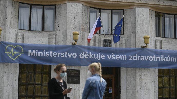 Zdravotníkům se tleskalo na balkonech i ve Sněmovně, jejich ministerstvo jim poděkovalo… Foto: ČTK