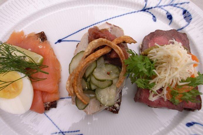 Na lososa, opečenou slaninu aroastbeef narazíte vnabídce smørrebrødů často. Foto:Angerman, Wikimedia Common