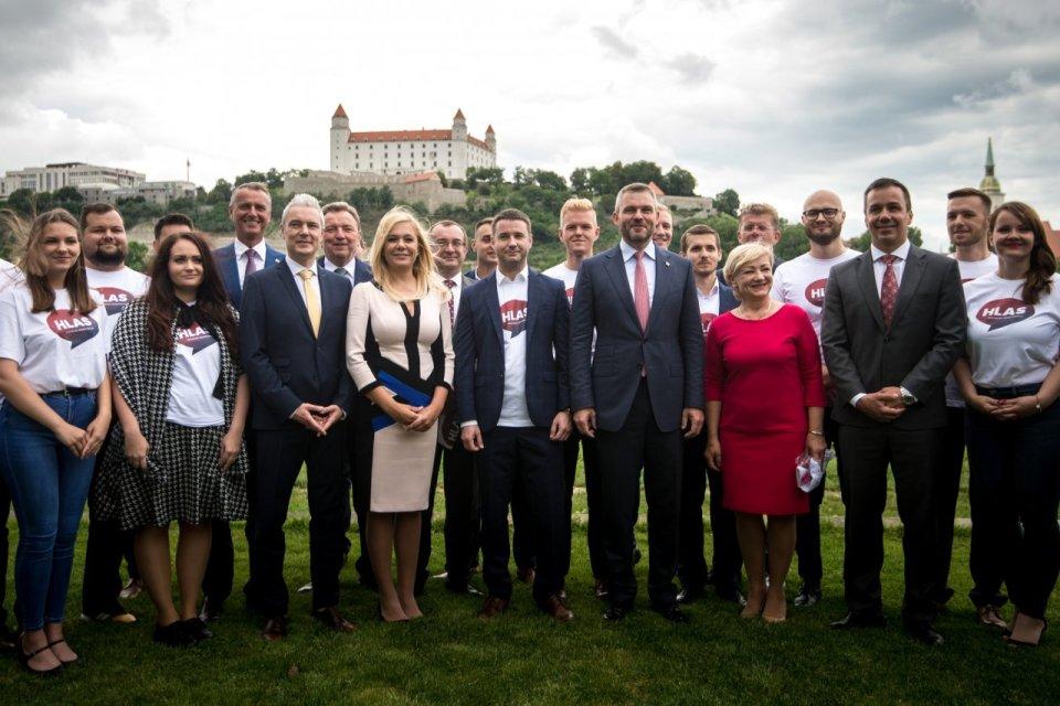 Členové strany Hlas sbratislavským zámkem. Foto:DenníkN, Vladimír Šimíček
