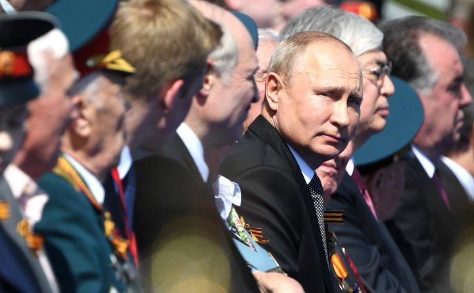 Vladimir Putin (na přehlídce na Rudém náměstí vcentru Moskvy na počest 75.výročí vítězství nad nacistickým Německem) se rád chlubí slavnou vojenskou minulostí. Foto:Kremlin.ru