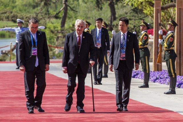 Miroslav Sklenář (vlevo) na snímku z roku 2017 doprovází prezidenta Miloše Zemana při návštěvě Pekingu. Foto: ČTK