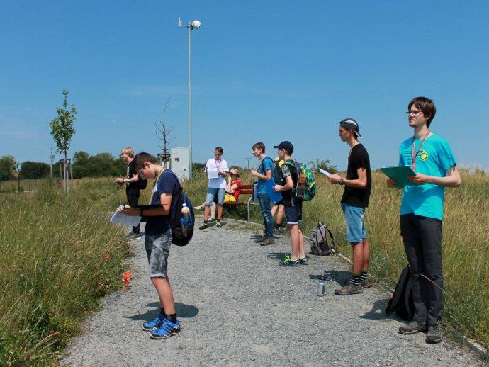 Účastníci celostátního kola Zeměpisné olympiády 2020pozorují okolí Jílového uPrahy. Foto:Lucie Urbanová