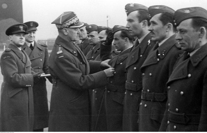 Generál Władysław Sikorski vyznamenává polské letce ve Velké Británii. Kdo všechno mohl mít zájem na jeho smrti? Foto:Wikimedia Commons