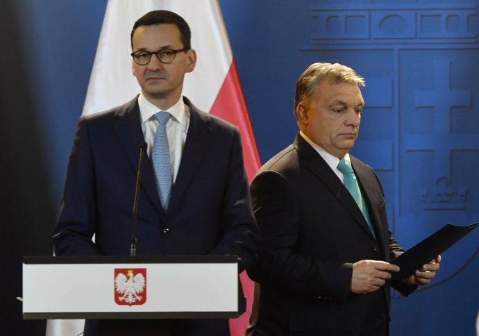 Polský premiér Morawiecki (vlevo) ajeho maďarský protějšek Orbán. Foto:ČTK/AP