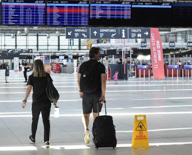 Cestující se po příletu do Česka musejí prokázat negativním testem a registrací v trasovacím formuláři. Ne všechny přijíždějící ale cizinecká policie kontroluje tak důsledně. Foto:ČTK