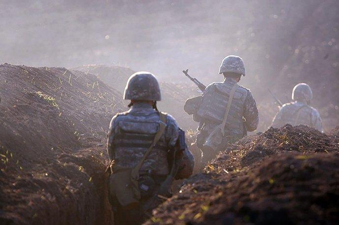 Arménští vojáci nastupují do zákopů v regionu Tavuš u hranic s Ázerbájdžánem. Foto: ČTK/AP