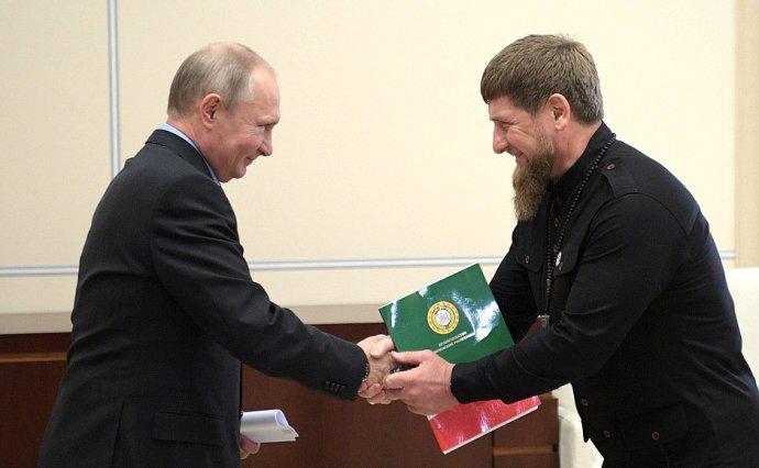 Ruský prezident Putin a čečenský lídr Kadyrov uzavřeli před lety sňatek z rozumu. Časem se z něj stal láskyplný vztah. Zdroj: kremlin.ru