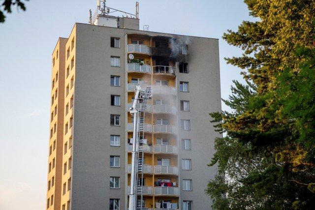 Hasiči zasahují 8.srpna 2020upožáru v11.patře panelového domu vBohumíně, při kterém zahynulo 11lidí.