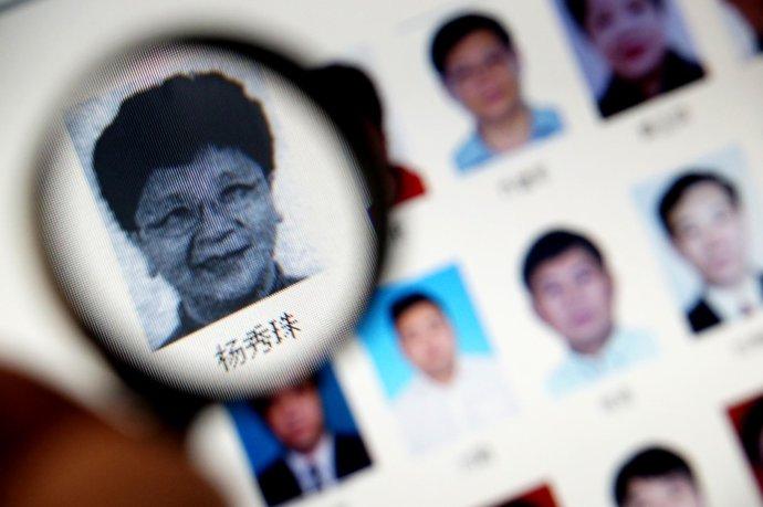Hledaní Číňané na webu Interpolu. Žena vlupě se jmenuje Jang Siou-ču abývala náměstkyní starosty ve městě Wen-čou, než zČíny uprchla. Obžalovali ji, že zpronevěřila 253milionů jüanů. Foto:Reuters
