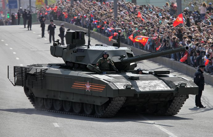 """Kapitola """"Pro ty, kdo jsou vtanku"""" začíná zmínkou otom, jak byl při vojenské přehlídce vMoskvě 9.května 2015 prezentován nový ruský tank T-14Armata, jehož motor přestal fungovat přímo naproti Leninovu mauzoleu. Foto:Vitaly V.Kuzmin"""