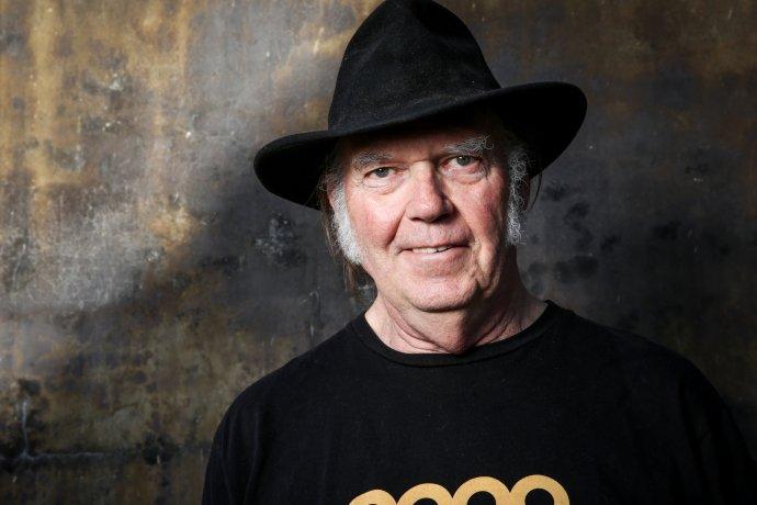 """Neil Young v roce 2016. Jeho """"ztracené"""" album Homegrown zroku 1975, které právě vydal, provází nejen nadšené ohlasy, ale také všechny útrapy astrasti klasického rocku vjedenadvacátém století. Foto: Rich Fury, ČTK/Invision/AP"""