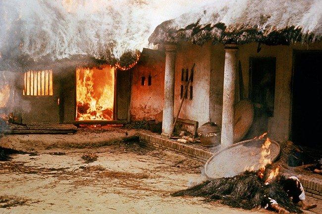 Osady kolem Mỹ Lai američtí vojáci podpálili. Po Haeberleho fotkách a veřejném přiznání vojáka Paula Meadla se masakr už nikdo neodvážil rozporovat. Foto: Ronald Haeberle