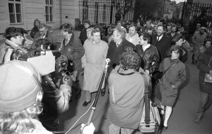 """Představitelé hnutí Solidarita po jednom z""""kulatých stolů"""" skomunistickým vedením na jaře 1989. Foto:Leonard Szmaglik, Wikimedia"""