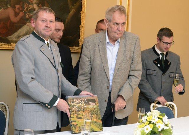 Ředitel Lesní správy Lány Miloš Balák (vlevo) aprezident Miloš Zeman. Foto:ČTK