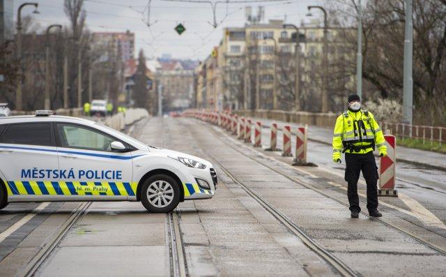 Pražský Libeňský most byl 21.března 2020zavřený, protože tam odborníci pokračují vzatěžovacích zkouškách. Zjišťují, jak konstrukce funguje pod hmotností více než 540tun. Tu představují tramvaje, nákladní automobily azátěž, kterou by měli teoreticky chodci. Foto:ČTK