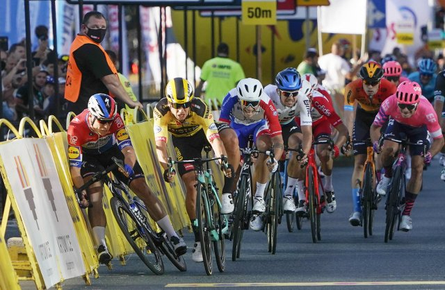 Dylan Groenewegen (ve žlutém dresu) vytlačil Fabia Jakobsena těsně před cílovou čárou z trati. Foto: ČTK/AP/Tomasz Markowski