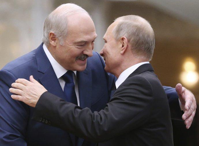 Na demokracii nedáme dopustit, že, Vladimire Vladimiroviči? (Alexandr Lukašenko aVladimir Putin). Foto:ČTK/AP