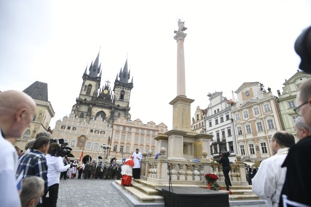 Pražský arcibiskup Dominik Duka uMariánského sloupu na Staroměstském náměstí. Foto:ČTK