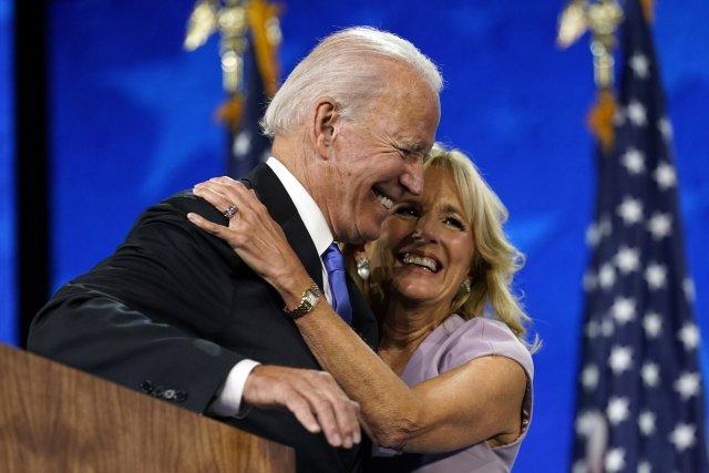 Prezidentský kandidát anyní ivítěz voleb Joe Biden po proslovu na srpnovém národním demokratickém konventu objímá svou ženu Jill. Foto:ČTK/AP