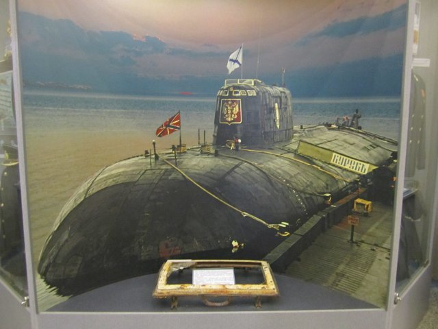 Vitrína sponorkou K-141 Kursk vruském Ústředním muzeu ozbrojených sil vMoskvě. Foto:Schleming, Wikimedia Commons, public domain