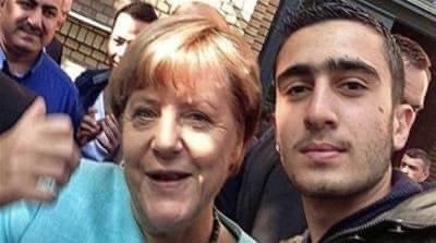 Selfie syrského imigranta Anase Modamaniho skancléřkou Merkelovou před uprchlickým táborem vberlínské Špandavě 10.9. 2015. Foto:Anas Modamani