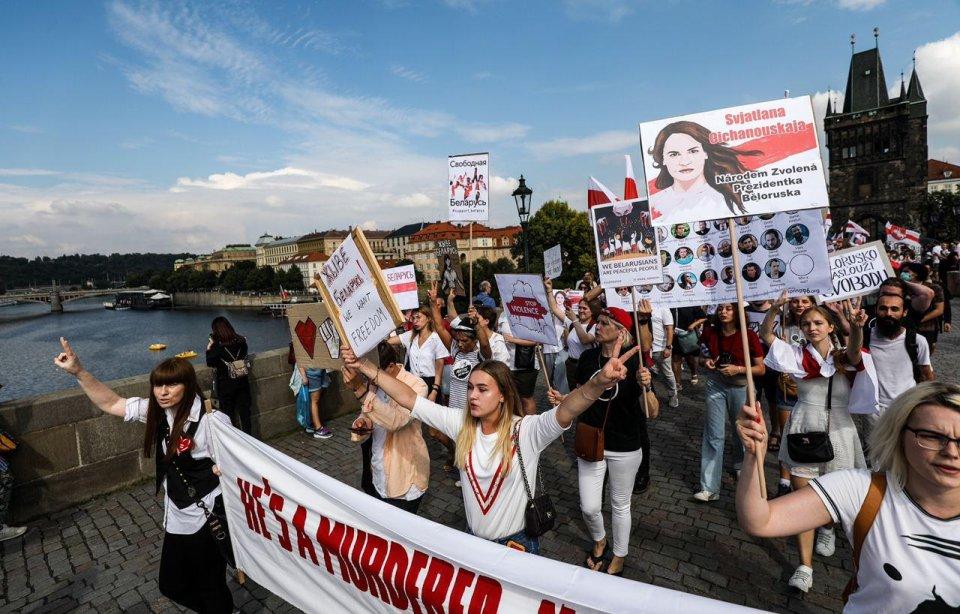 Prahou prochází pochod solidarity sběloruskou opozicí, která protestuje proti oficiálním výsledkům prezidentských voleb atvrdé represi ze strany bezpečnostních složek. Foto:Gabriel Kuchta, DeníkN