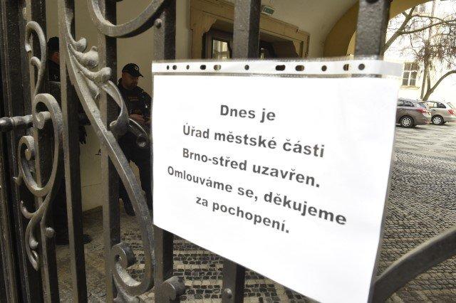 Cedule na mříži informovala 7.března 2019ouzavření radnice městské části Brno-střed. Na úřadě zasahovali policisté zNárodní centrály proti organizovanému zločinu. Foto:ČTK