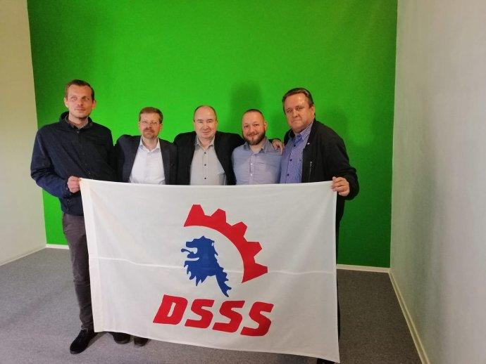 Kandidát Trikolóry vKalovarském kraji Jiří Froněk (první zleva) na akci DSSS před několika dny. Foto:Facebookový profil DSSS