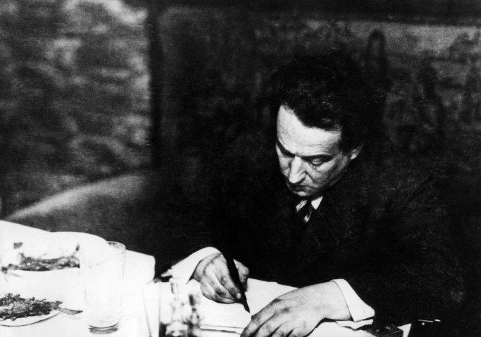 Egon Erwin Kisch si během svého pobytu v Hamburku píše poznámky k reportážím, které posílal do Prahy. Foto: ČTK / Sueddeutsche Zeitung