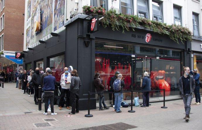 Fronta před čerstvě otevřeným obchodem Rolling Stones vLondýně. Foto:Dora Martinková