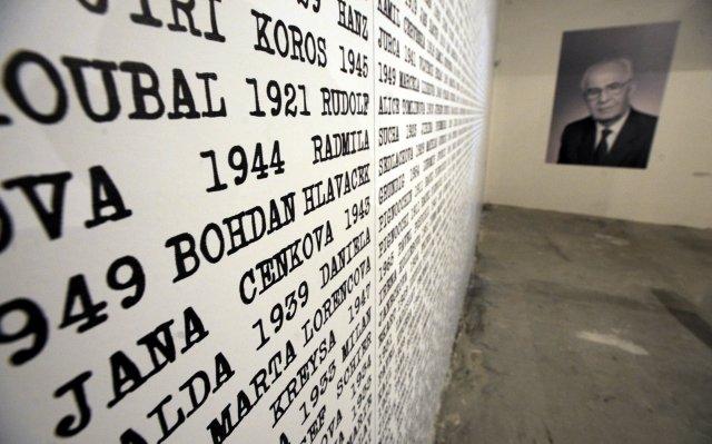 Instalace snázvem Evidence zájmových osob StB vpražském Centru DOX. Foto:ČTK