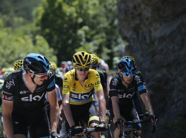 Leopold König (vpravo) pomohl v roce 2015 na Tour de France k vítězství Chrisi Froomovi z týmu Sky (dnešní Ineos). Foto: ČTK / Christophe Ena, AP