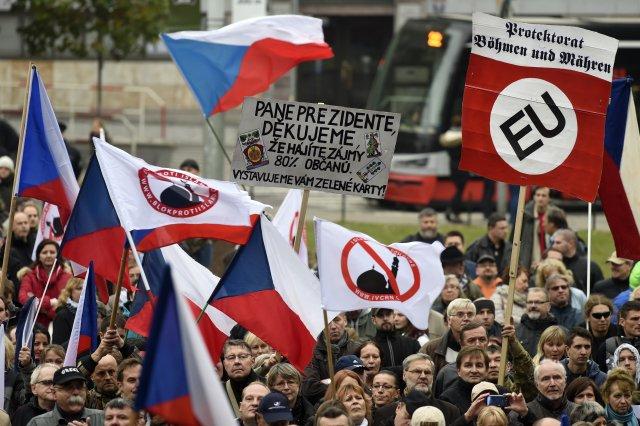 Jedna z největších demonstrací odpůrců migrace a islámu v Praze, 28. října 2015 na pražském náměstí Míru. Foto: ČTK