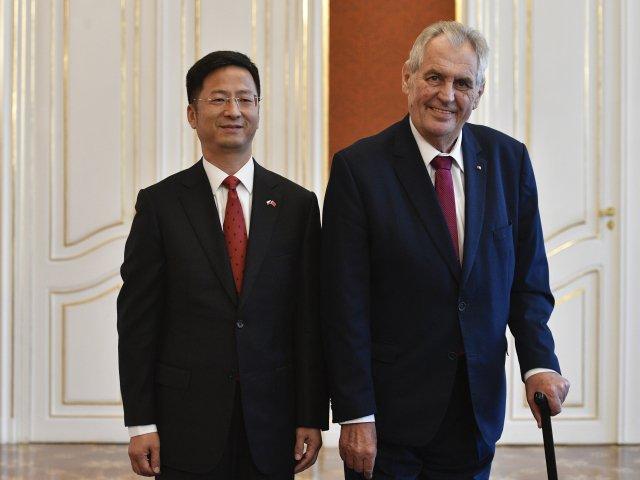 Čínský velvyslanec Čang Ťien-min s prezidentem Milošem Zemanem. Foto: ČTK