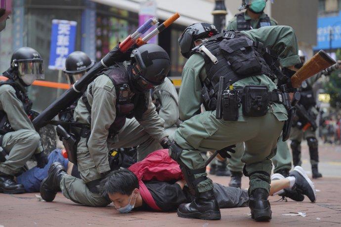 Osud Hongkongu je na dlouhou dobu zřejmě zpečetěn (zatýkání demonstrantů protestujících v květnu letošního roku proti Zákonu o státní bezpečnosti). Foto: ČTK/AP