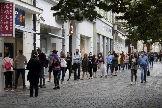 Uodběrového místa na Václavském náměstí vPraze stojí lidé dlouhé fronty. Foto:ČTK