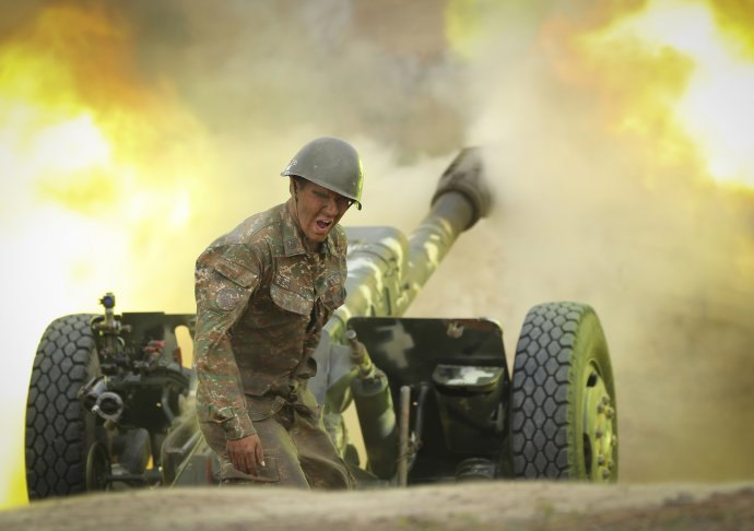 Od skutečné války se boje mezi Arménií a Ázerbájdžánem už moc neliší (na snímku arménský dělostřelec ostřelující ázerbájdžánské pozice). Foto: Sipan Gjulumjan, ČTK/AP