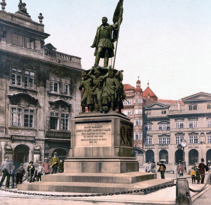 Dobová pohlednice Radeckého sochy na pražském Malostranském náměstí zdoby kolem roku 1900. Teď se tam má maršál zase vrátit. Foto:Wikimedia Commons