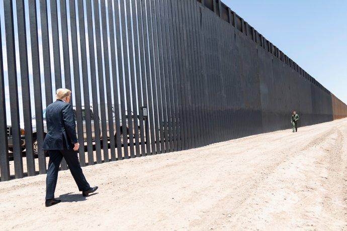 Prezident Trump uzdi, přesněji plotu v kalifornském Otay Mesa uhranic sMexikem vzáří 2019. Foto: Bílý dům