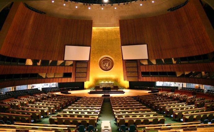 Prázdný zasedací sál Valného shromáždění vNew Yorku. Foto:Patrick Gruman Wikimedia Commons CC BY-SA 2.0