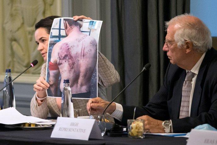 Lídryně běloruské opozice Svjatlana Cichanouskaja přijatá Radou EU– ministry zahraničí. Ukazuje jim fotku, která má být důkazem policejního násilí. Vedle ní je šéf unijní zahraniční politiky Josep Borrell. Foto:Stephanie Lecocqová, EU via Reuters