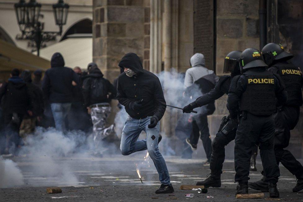 Demonstrance se v závěru zvrhla v souboj fotbalových chuligánů s policií. Foto:Gabriel Kuchta, DeníkN