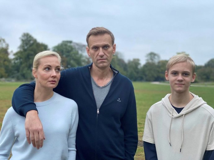 Ruský opoziční politik Alexej Navalnyj smanželkou Julijí asynem Zaharem vBerlíně. Foto:Instagram @NAVALNY via Reuters