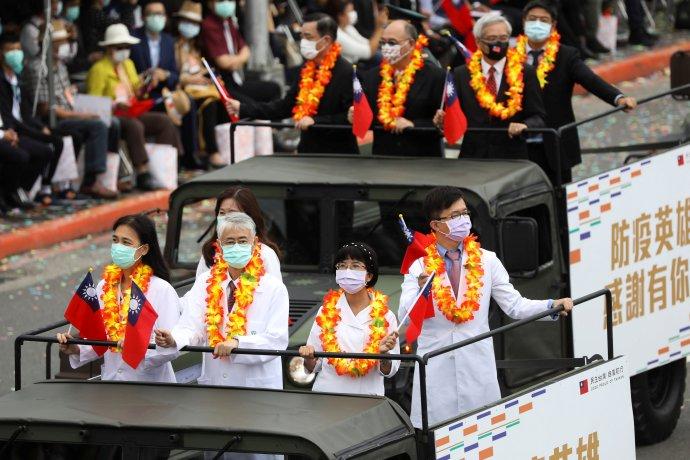 10.říjen aoslavy Státního svátku (výročí první čínské revoluce, která vroce 1911svrhla císařství) vTchaj-peji. Záběr ze slavnostního průvodu před Prezidentským palácem zachycuje tchajwanské lékaře. Foto:Ann Wang, Reuters