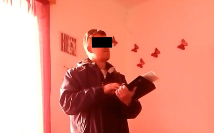 Vykonavatel soudního exekutora vcizím bytě bez roušky. Námitky uživatelů bytu nebyly nic platné. Reprofoto: DeníkN