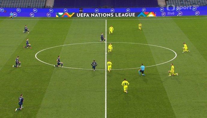 Fotbalisté české reprezentace (ve žlutém dresu) poklekli před utkáním se Skotskem. Foto:ČT Sport