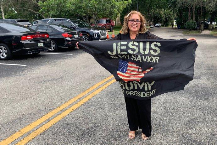 """Ana je původem z Kuby a do kostela Segadores de Vida se přišla pomodlit, protože podle ní je prezident skvělý vůdce. V ruce hrdě nese šátek s nápisem """"Ježíš je můj spasitel, Trump je můj prezident"""". Foto: Jana Ciglerová, Deník N"""